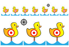 O alvo pintou patos amarelos para a escala e o entretenimento de tiro Fotos de Stock