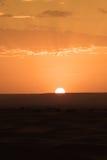 O alvorecer de um dia novo nas dunas do deserto do ERG em Marrocos Foto de Stock Royalty Free