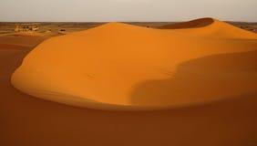 O alvorecer de um dia novo nas dunas do deserto do ERG em Marrocos Imagens de Stock Royalty Free