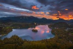O alvorecer idílico no lago sangrou do ponto de vista de Osojnica Foto de Stock Royalty Free