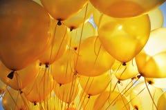 O amarelo balloons o fundo Fotos de Stock Royalty Free