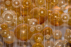 O amarelo borbulha as bolas de cristal suspendidas no ar Foto de Stock Royalty Free
