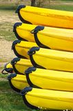 O amarelo canoes close-up fotos de stock royalty free
