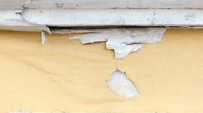 O amarelo corrói o muro de cimento pintado, backgrou áspero da textura do grunge foto de stock royalty free