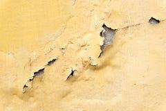 O amarelo corrói o muro de cimento pintado, backgrou áspero da textura do grunge imagens de stock royalty free