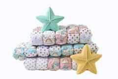 O amarelo e a estrela cinco-aguçado feita malha azul esverdeado deram forma a descansos e a cobertor dos retalhos no fundo branco Foto de Stock Royalty Free