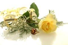 O amarelo levantou-se com um anel Fotos de Stock Royalty Free