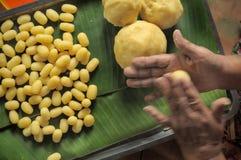 O amarelo moldando triturou o feijão com mão & x28; Dessert& tradicional tailandês x29; Med Khanoon é uma das nove sobremesas tai fotos de stock royalty free