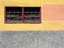 O amarelo pintado e o vermelho estreito de h moldaram a janela imagem de stock royalty free