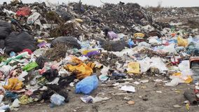 O ambiente, descarga de lixo video estoque