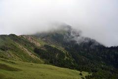O ambiente montanhoso e nebuloso ao longo do caminho a Taroko N imagem de stock royalty free