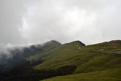O ambiente montanhoso e nebuloso ao longo do caminho a Taroko N fotografia de stock