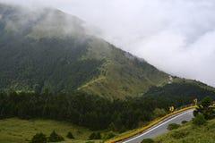 O ambiente montanhoso e nebuloso ao longo do caminho a Taroko N foto de stock royalty free