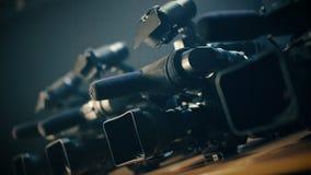 O ameraman do ¡ de Ð prepara sua câmara de vídeo profissional para um tiro urgente, rápido vídeos de arquivo