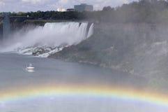 O americano de Niagara Falls cai com arco-íris e barco Imagens de Stock