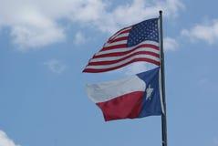 O americano e o vento de Texas Flag Blowing In The imagens de stock royalty free