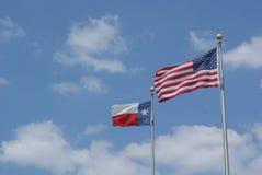 O americano e o vento de Texas Flag Blowing In The fotografia de stock