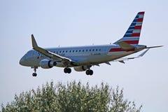 O americano Eagle Embraer ERJ-175LR operou-se pelo ar do enviado na aproximação final imagens de stock royalty free