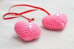 O amigurumi feito à mão faz crochê a malha coração cor-de-rosa Foto de Stock Royalty Free