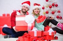 O amor é o melhor presente Casal da família em casa Os pares no amor apreciam a celebração do feriado de inverno mulher e homem f imagem de stock royalty free