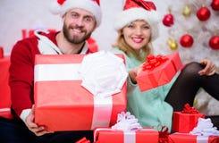 O amor é o melhor presente Casal da família em casa Os pares no amor apreciam a celebração do feriado do Natal Mulher e farpado imagens de stock royalty free