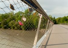 O amor azul padlocks fechado a uma ponte fotografia de stock royalty free