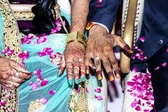 O amor, cerimônia, cultura, bonito, asiática, hena, tradicional, menina, par, anel, mulher, noivo, noiva, celebração, noivo mostr fotografia de stock