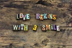 O amor começa a tipografia da gratitude da casa do sorriso fotografia de stock