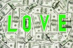 O amor da inscrição é verde no fundo de notas de dólar velhas Foto de Stock