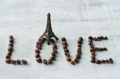 o amor da palavra feito dos feijões de café fotos de stock royalty free