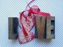 Amor com corações, fitas e às bolinhas Fotografia de Stock