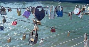 O amor de NYC trava em fios do passeio à beira mar pela ponte de Brooklyn Imagem de Stock Royalty Free