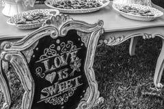 O amor do casamento de DIY é doce Imagens de Stock
