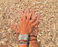 O amor entrega a praia claro da água Fotografia de Stock Royalty Free