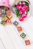 O AMOR escreve no bloco de madeira do alfabeto no fundo de madeira branco foto de stock royalty free