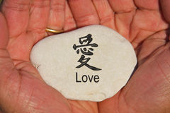 O amor está em suas mãos Imagens de Stock