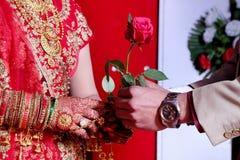 O amor floresce rosas do ramalhete em vez do amor Entregue flores entre si para aumentar e relacionar-se Dê o amor entre si Ambos fotografia de stock