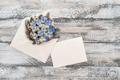 O amor perfeito floresce o envelope da decoração dos ovos da páscoa Foto de Stock