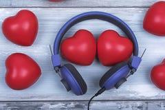 O amor roxo do dia de Valentim dos fones de ouvido dos corações vermelhos dos pares comemora junto para sempre a surpresa do aniv Imagens de Stock