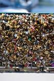 O amor trava o detalhe 02 da ponte Foto de Stock