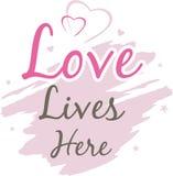O amor vive aqui Inscrição decorativa para o projeto fotos de stock