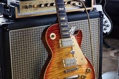 ` O amplificador da guitarra elétrica e do tubo do Sunburst do vintage do ` do jogo imagens de stock