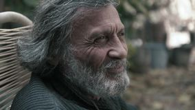 O ancião branco-de cabelo que ri e que sorri approvingly sábio video estoque