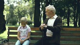 O ancião dá o conselho ao menino só triste que sofre de tiranizar na escola, cuidado filme