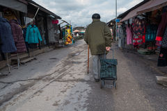 O ancião desconhecido puxou o saco nas rodas Imagens de Stock Royalty Free