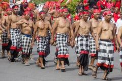 O ancião do Balinese participa em uma cerimônia da rua, durante uma reunião de pré-eleição, o partido Democrática indonésio do es Fotos de Stock Royalty Free
