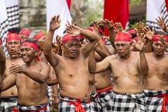 O ancião do Balinese participa em uma cerimônia da rua, durante uma reunião de pré-eleição, o partido Democrática indonésio do es Fotografia de Stock Royalty Free