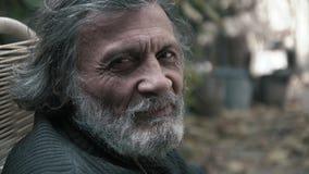 O ancião grisalho ri e inclina-se seu close-up principal filme