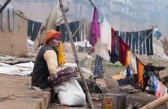O ancião indiano senta-se perto da corda no ghat perto do rio sagrado Ganges em Varanasi Foto de Stock Royalty Free
