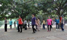 O ancião para praticar dançar Fotografia de Stock Royalty Free